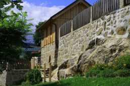 burgmauer-holzhaus-felsen-angushof.jpg
