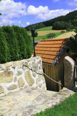 steinmauer-laterne-angushof.jpg