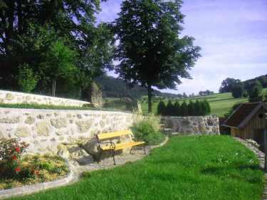 parkbank-steinmauer-wiese-angushof.jpg